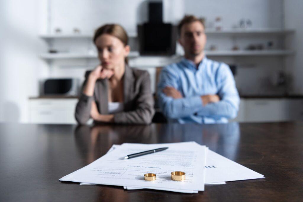 Separacja a rozwód - małżonkowie podpisujący dokumenty