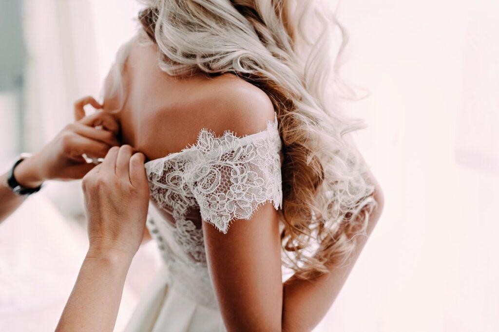 Suknia ślubna szyta na miarę z koronką
