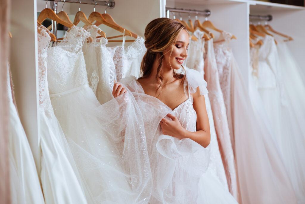 Suknia ślubna szyta na miarę ✂. O czym musisz pamiętać, jeśli zamierzasz skorzystać z usług pracowni krawieckiej?