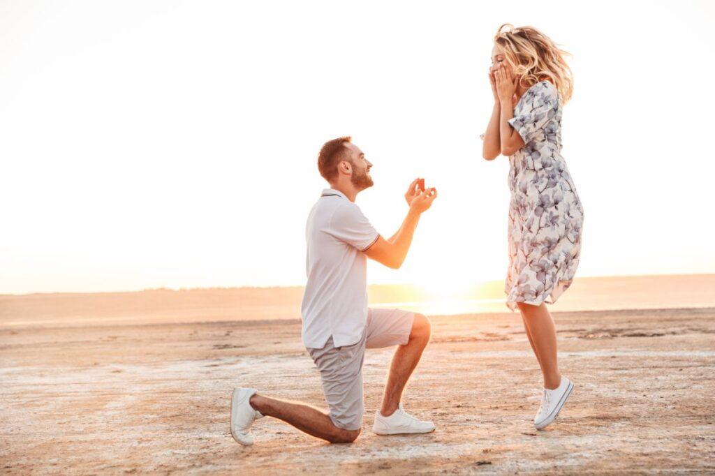 Romantyczne oświadczyny podczas zachodu słońca