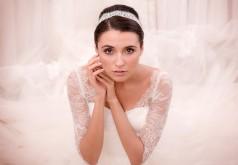 Ozdoba ślubna zamiast welonu - woalka, opaska, toczek czy wianek?