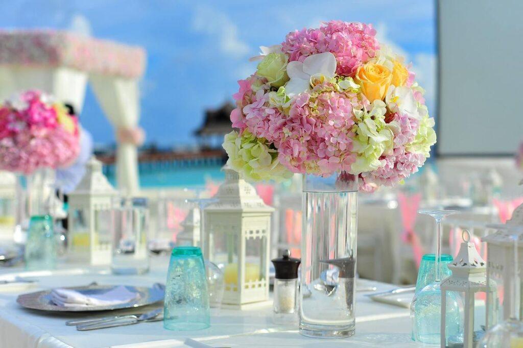 Stoły na wesele – okrągłe czy prostokątne?