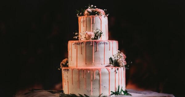 Czym się kierować podczas wyboru tortu weselnego 🍰? Poznaj najważniejsze wskazówki!