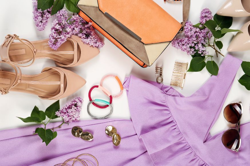 Fioletowa sukienka na poprawiny dla młodej z dodatkami