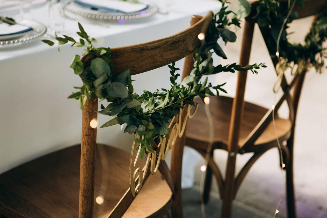 Rustykalne wesele krzesła dla pary młodej