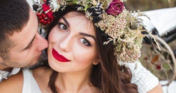 Wianek ślubny z żywych kwiatów 🌺 zamiast biżuterii? Zobacz, jak go zrobić!