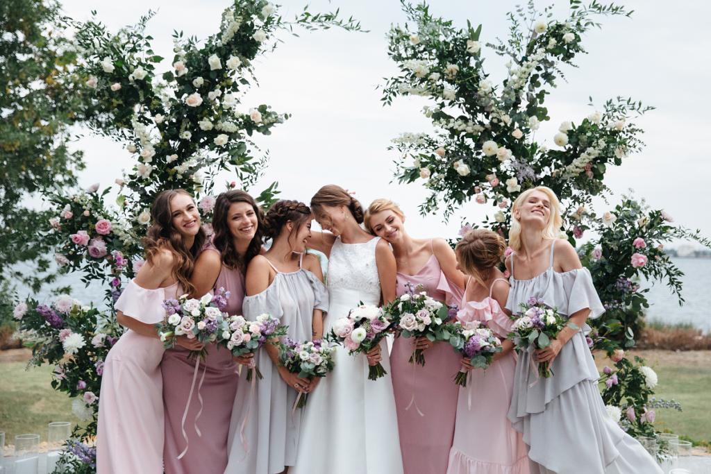 Druhny składające pannie młodej życzenia ślubne