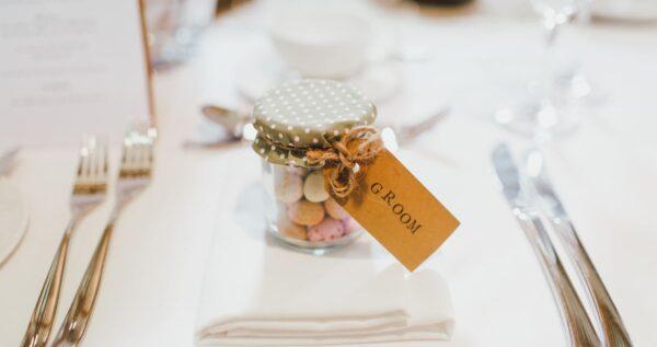 Niezapomniane prezenty dla gości weselnych 🎁! Te pomysły spodobają się każdemu!