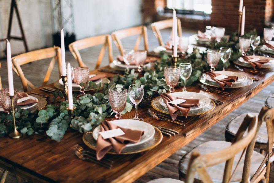 Rustykalne dekoracje stołu na wesele