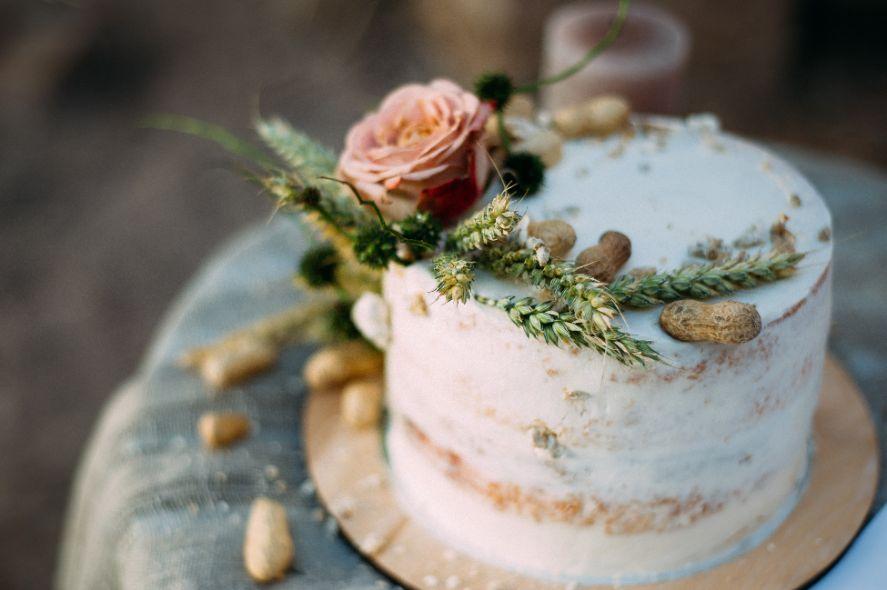 Tort weselny w stylu rustykalnym
