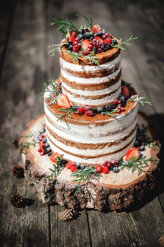 Rustykalny tort weselny z owocami