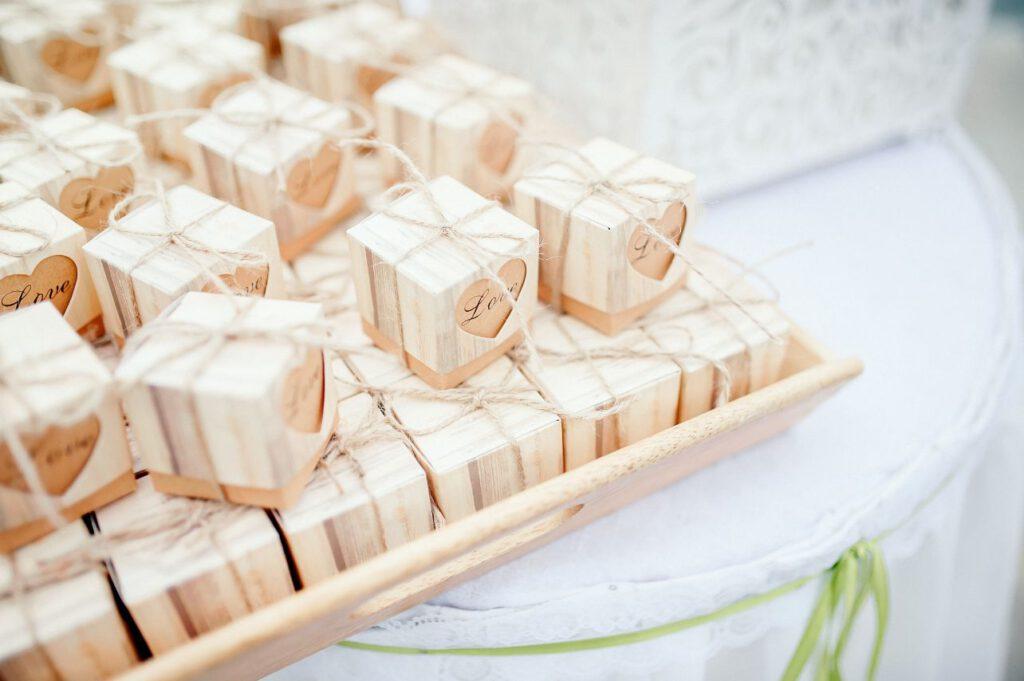 Prezenty dla gości weselnych w ozdobnych pudełkach