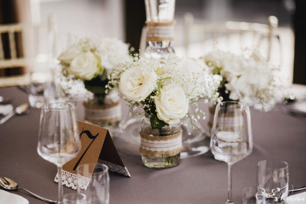 Dekoracja stołu weselnego z różami