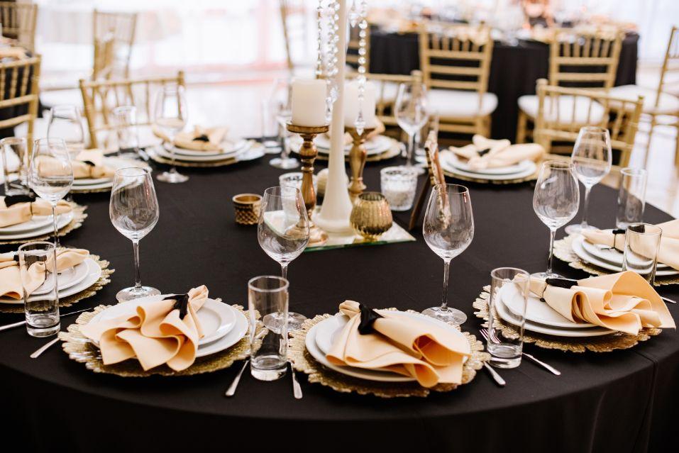 Dekoracje stołu weselnego ze złotymi dodatkami