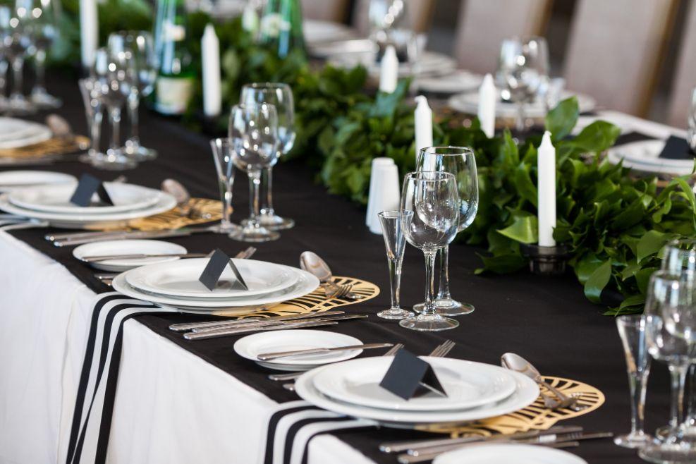 Biało-czarne dekoracje stołu weselnego