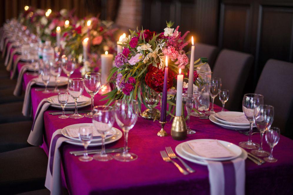 Weselne dekoracje na stół w kolorze fuksji