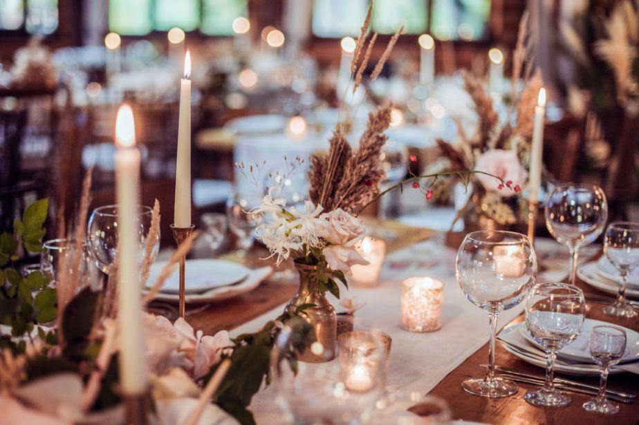 Dekoracja stołu weselnego ze świecami