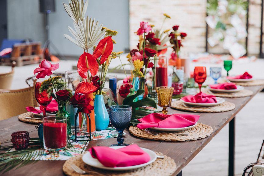 Wielobarwne dekoracje na stół weselny