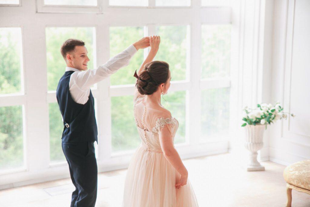 Para młoda ćwicząca swój pierwszy taniec