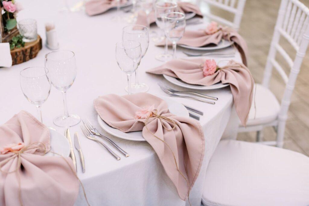 Dekoracja stołu weselnego różowe serwety