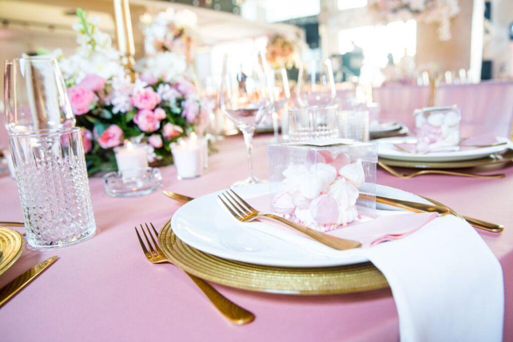 Dekoracja stołu weselnego rose gold