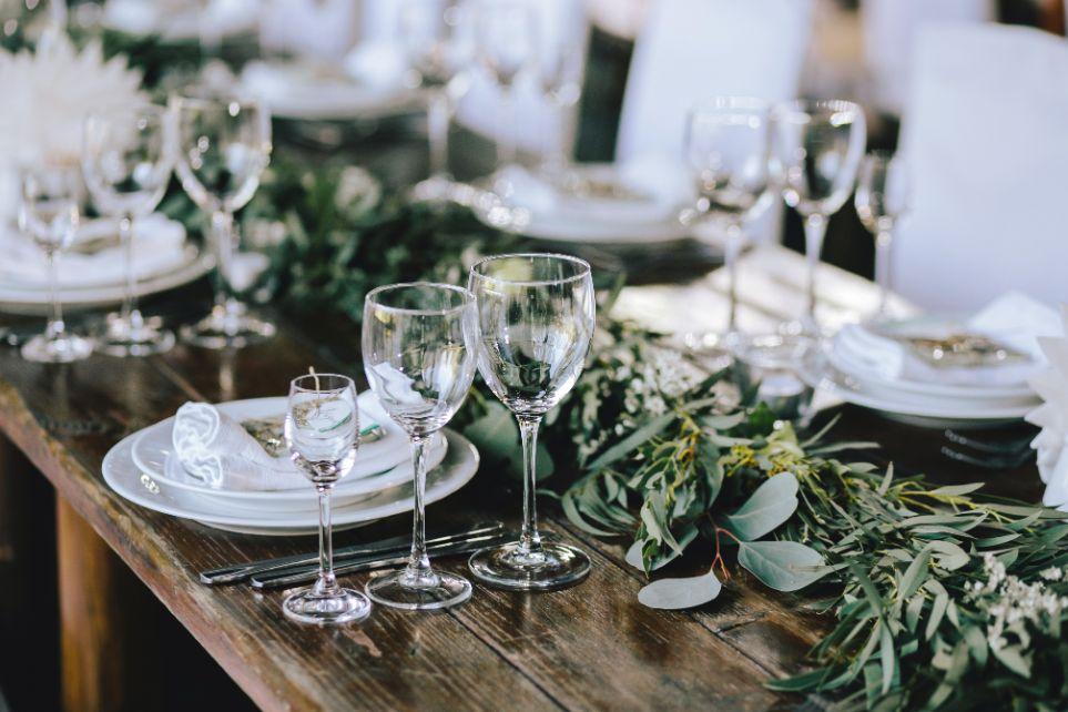 Dekoracja stołu weselnego zielone gałązki