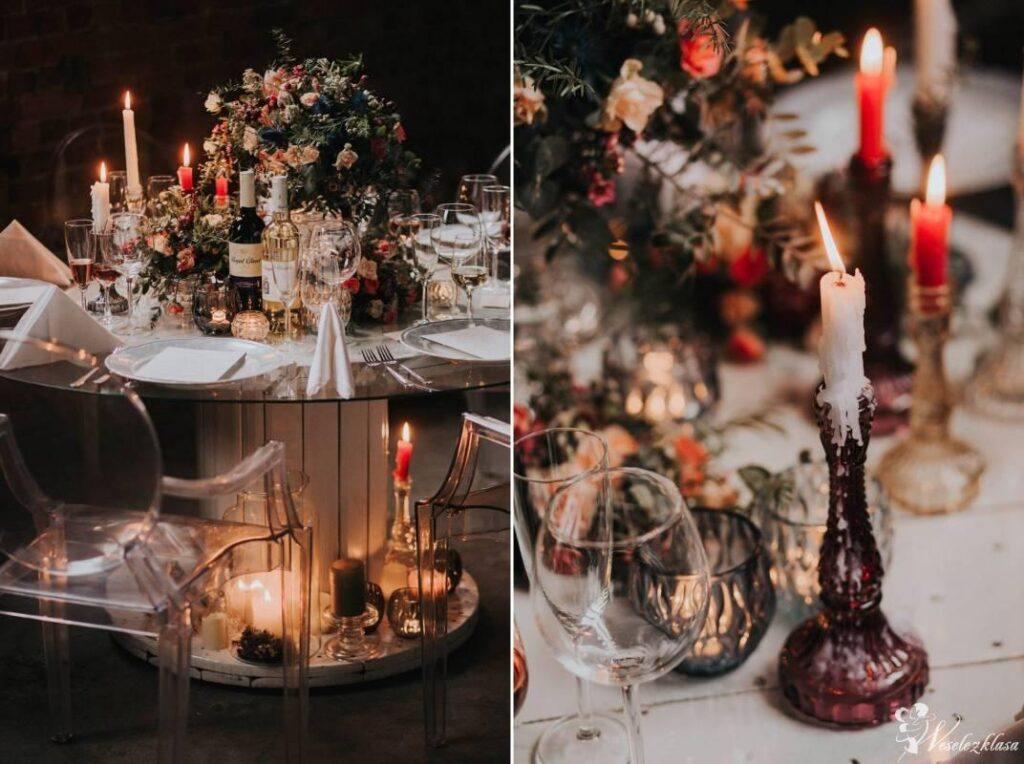 Ciemna dekoracja stołu weselnego ze świecami