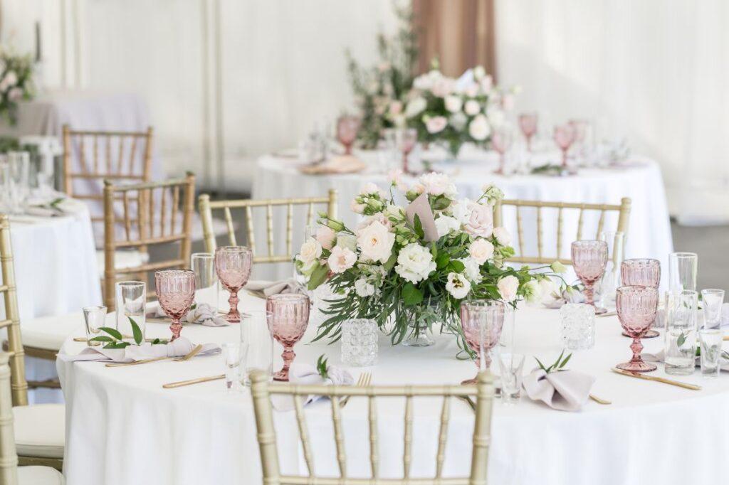 Dekoracja stołu weselnego ze złotymi krzesłami