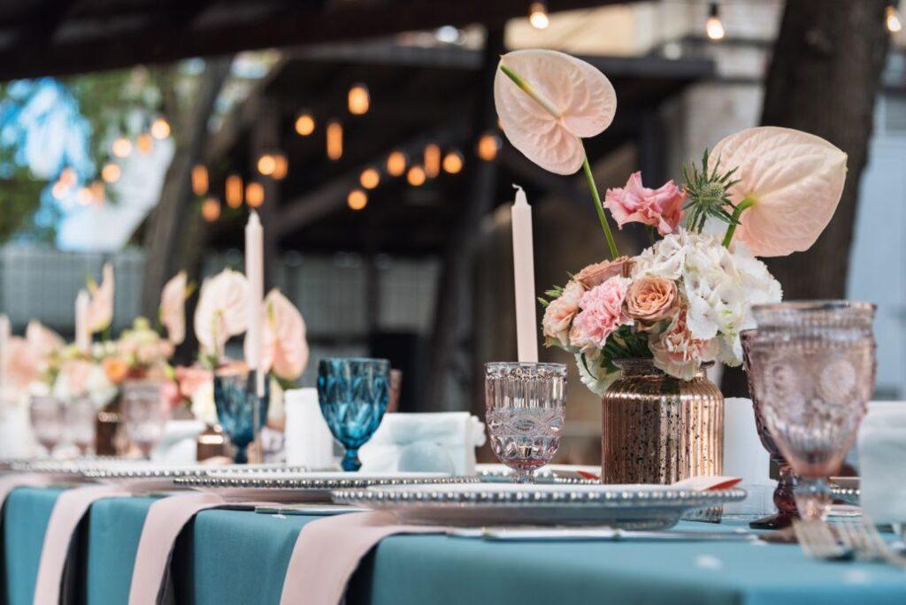 Pastelowa dekoracja stołu weselnego