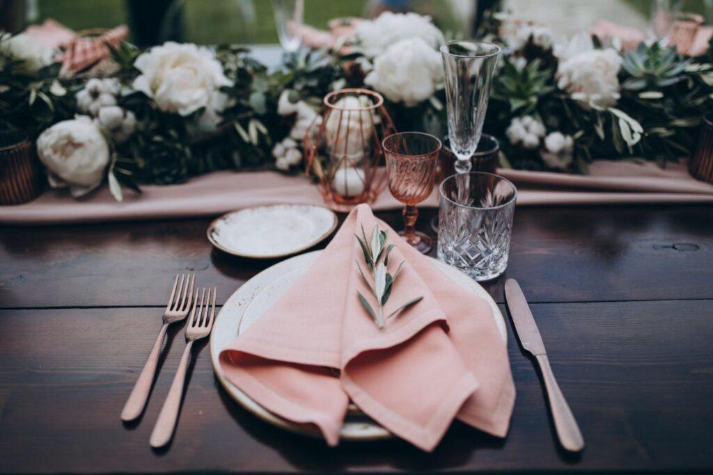 Różowe dekoracje na stół weselny