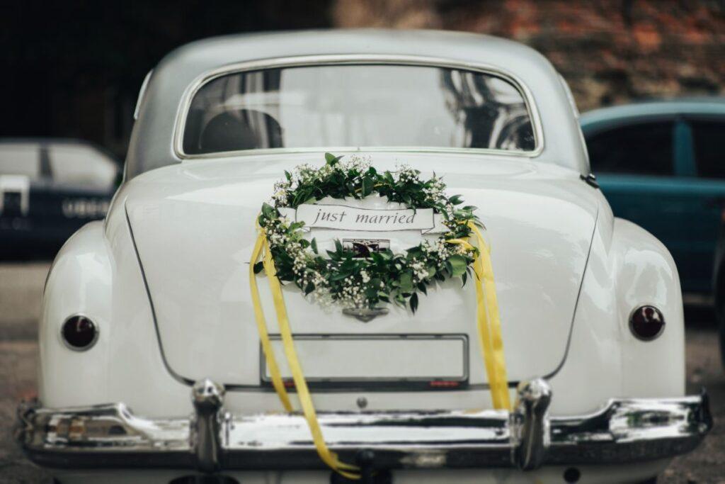Dekoracja auta do ślubu z kwiatów