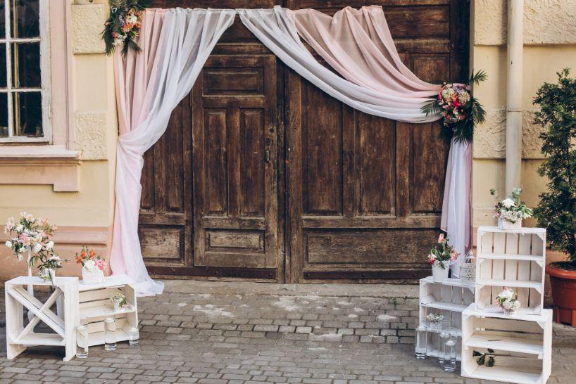 Dekoracja domu na wesele w kolorze pudrowego różu