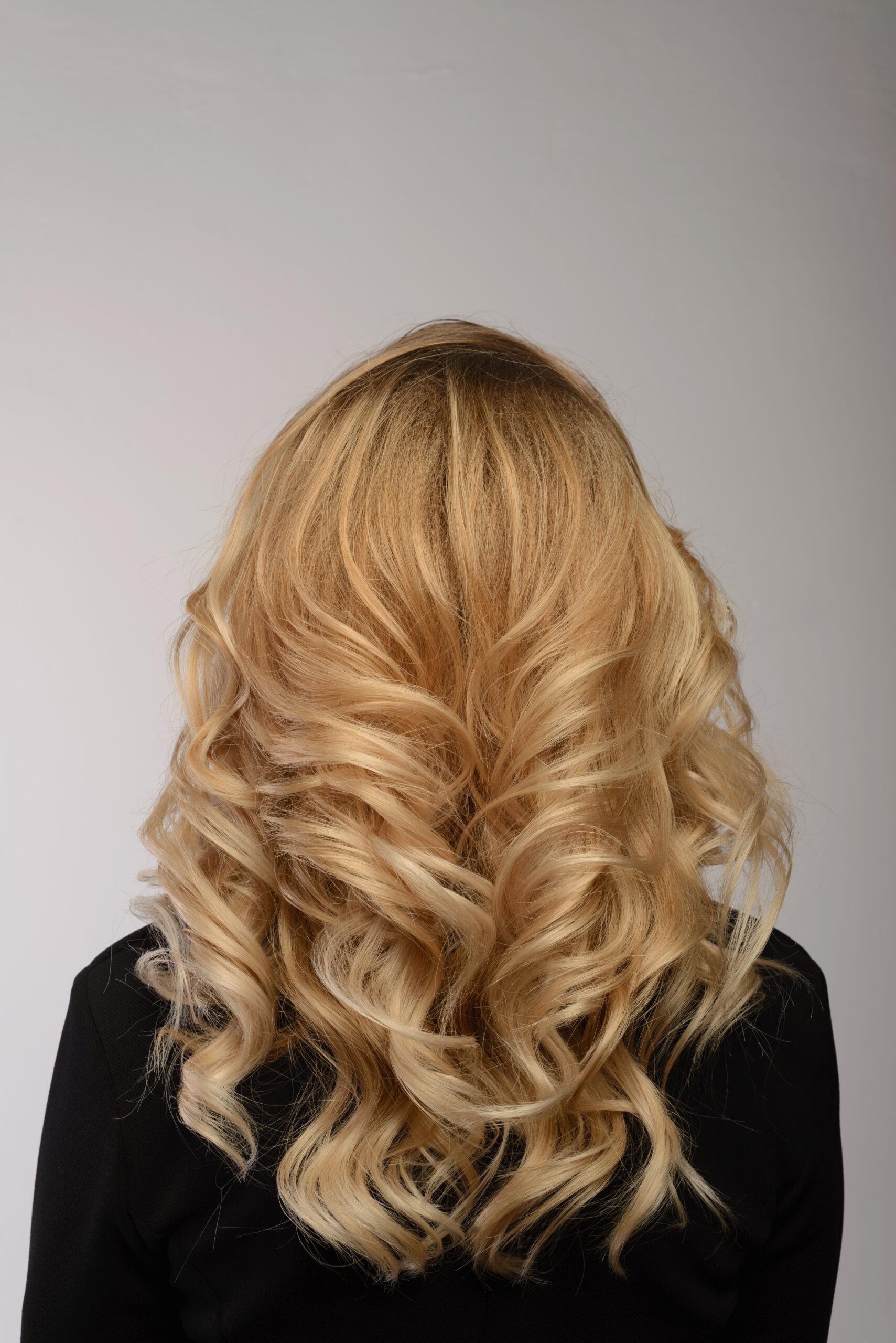 fryzura na wesele pofalowane włosy
