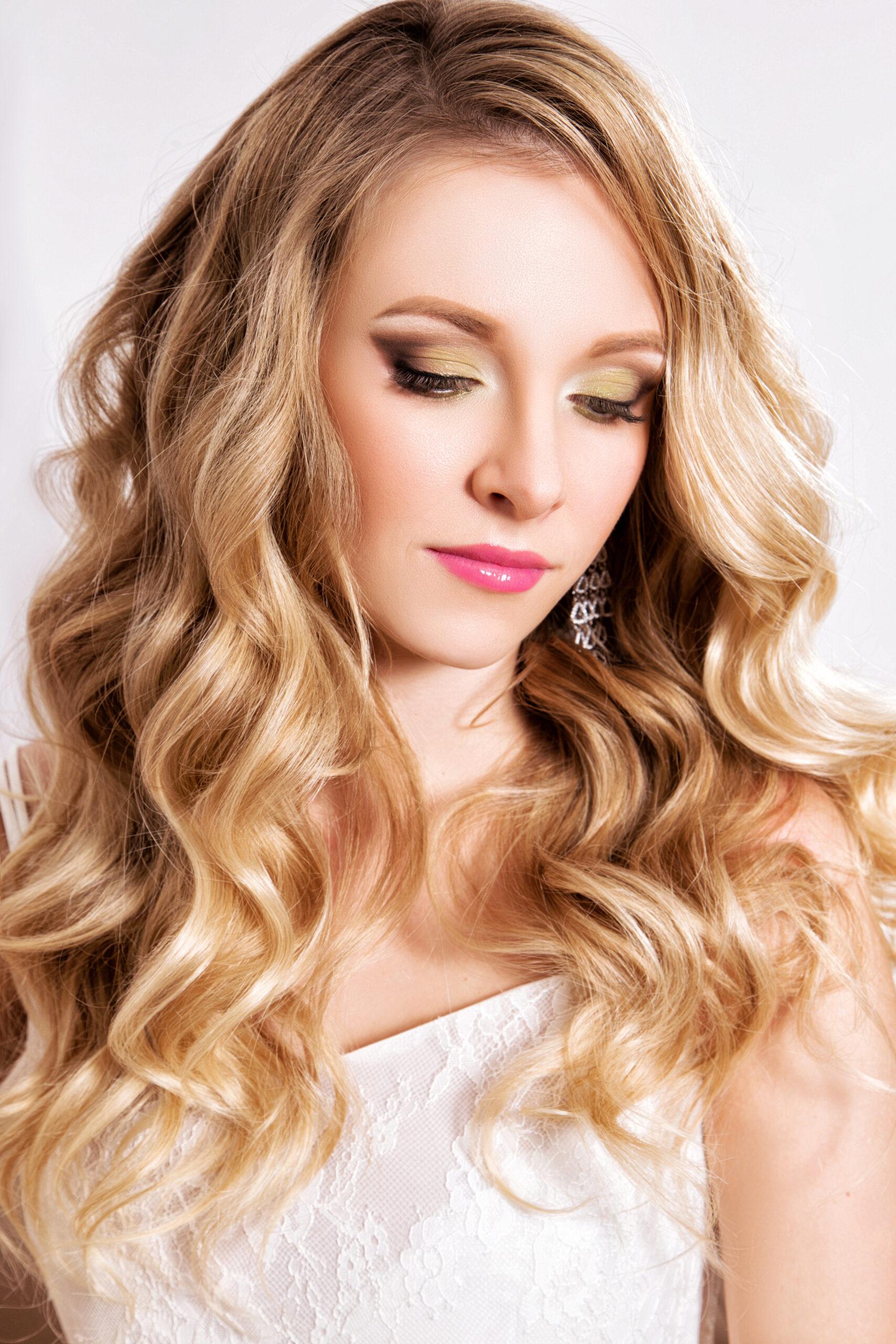 fryzura na wesele efektowne fale na długich włosach