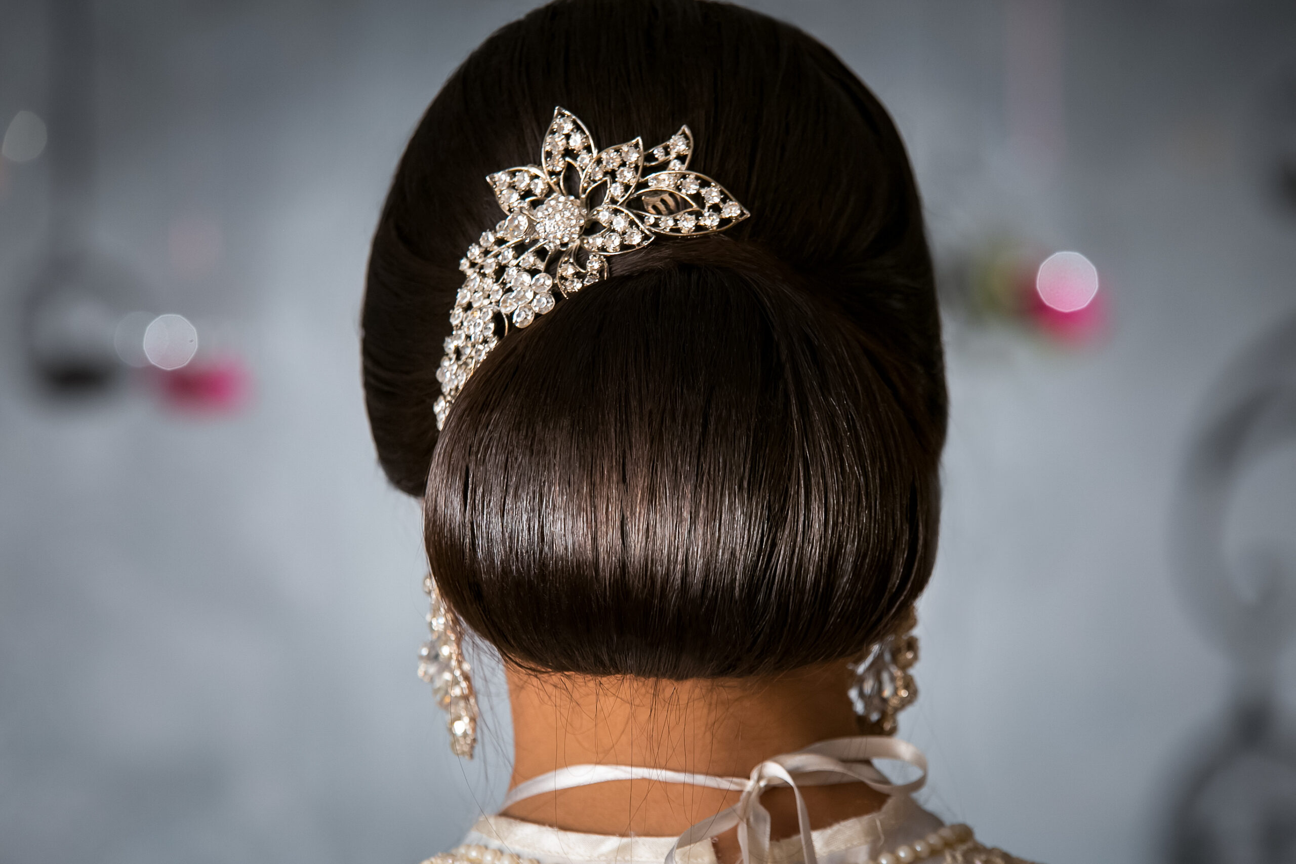 gładkie upięcie w formie fryzury na wesele