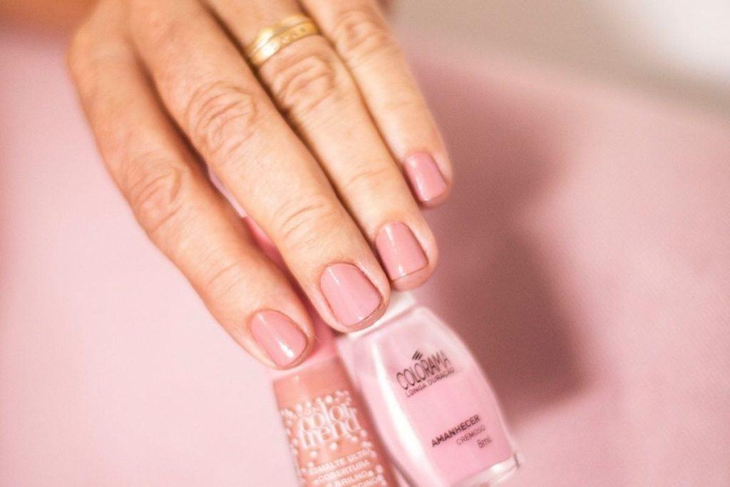 Malowanie paznokci - kobieta trzyma w ręce lakiery