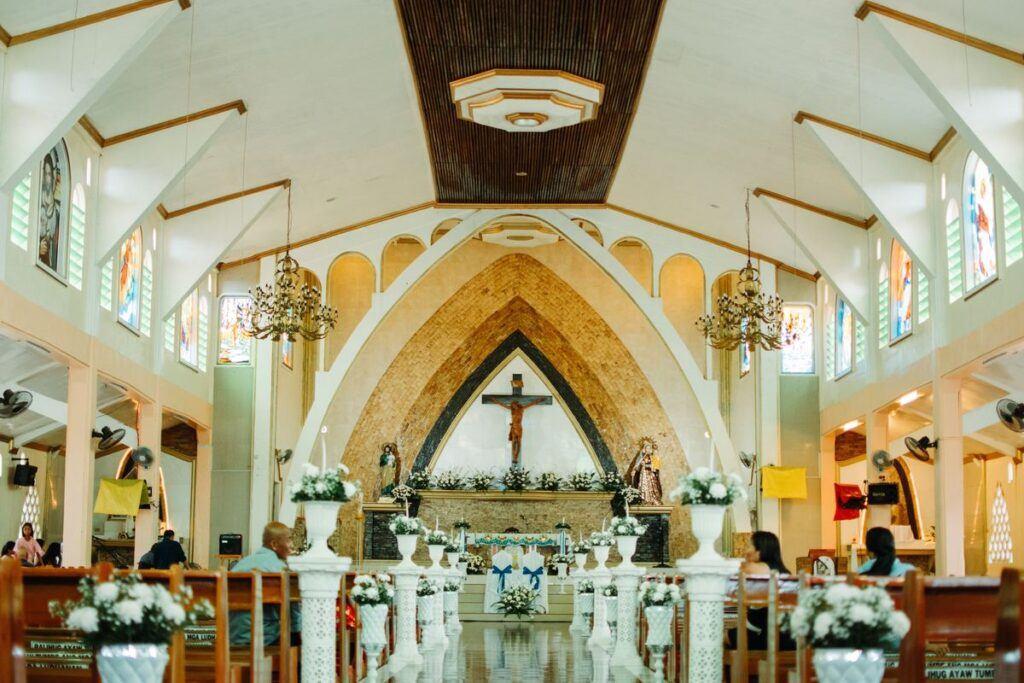 Pieśni na ślub wybrzmiewają w kościele przygotowanym do uroczystości