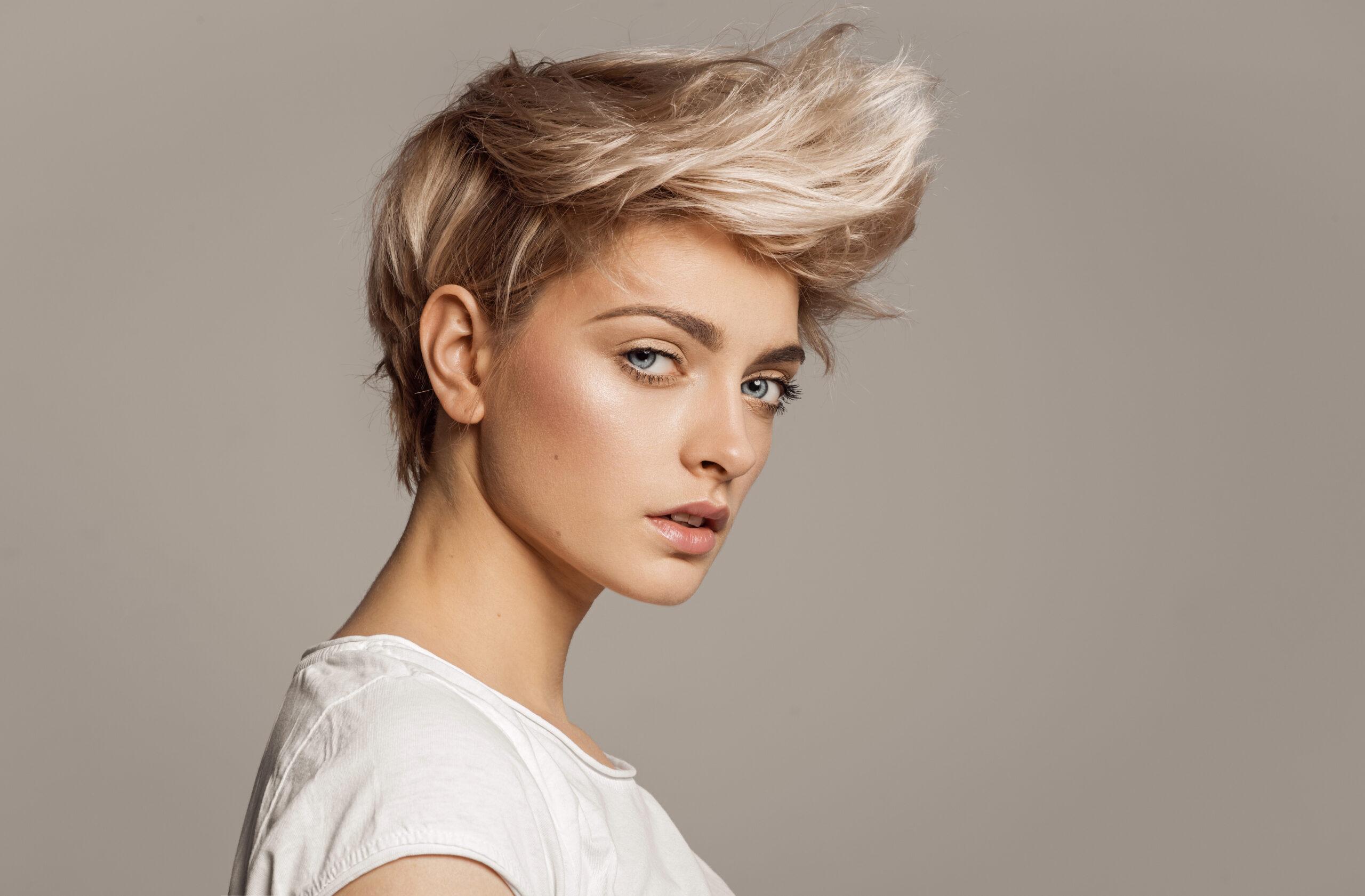 fryzura z krótkich włosów z uniesioną grzywką