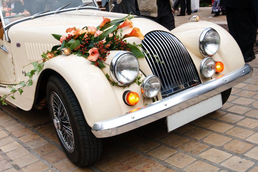Dekoracja samochodu do ślubu z kwiatów