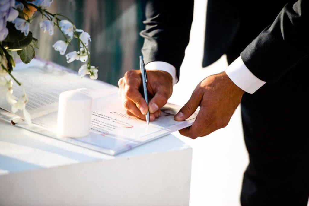 Pan młody podpisujący dokumenty do ślubu