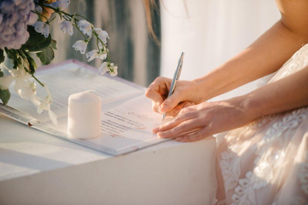 Panna młoda podpisująca dokumenty do ślubu