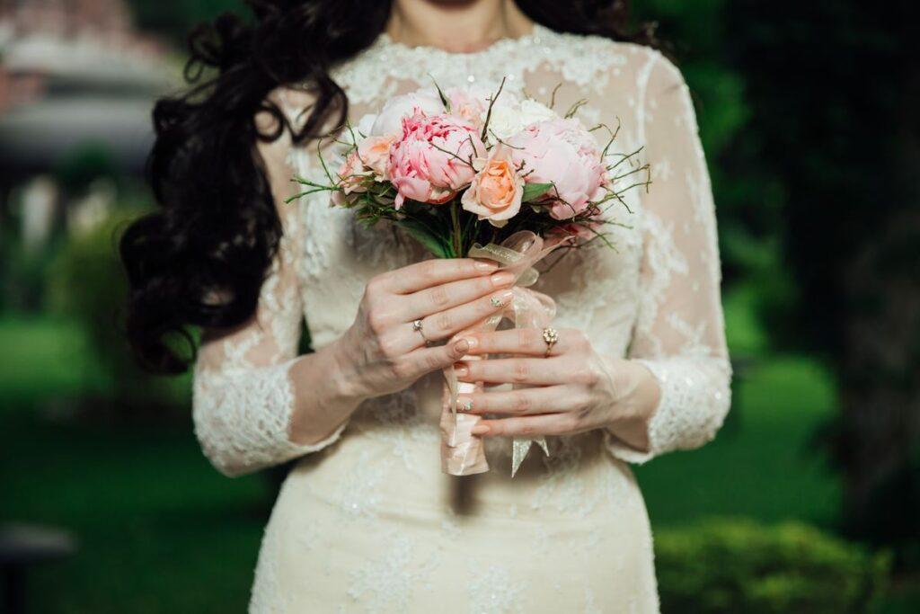 Panna młoda z bukietem na polskim weselu