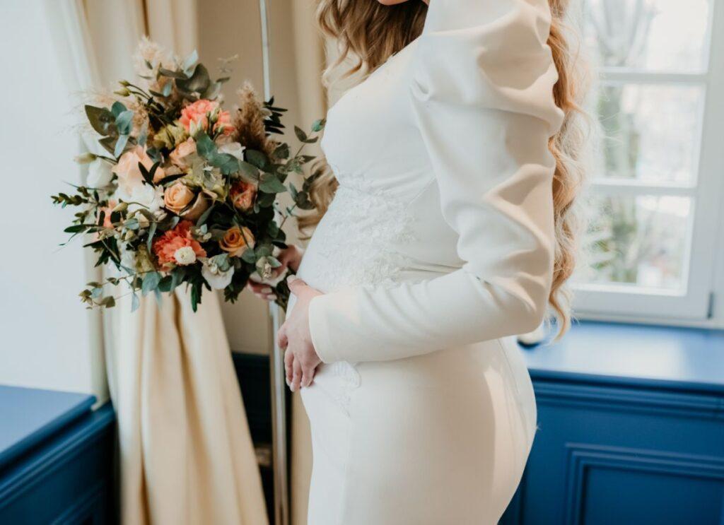 Suknia ślubna ciążowa z bufiastymi rękawami
