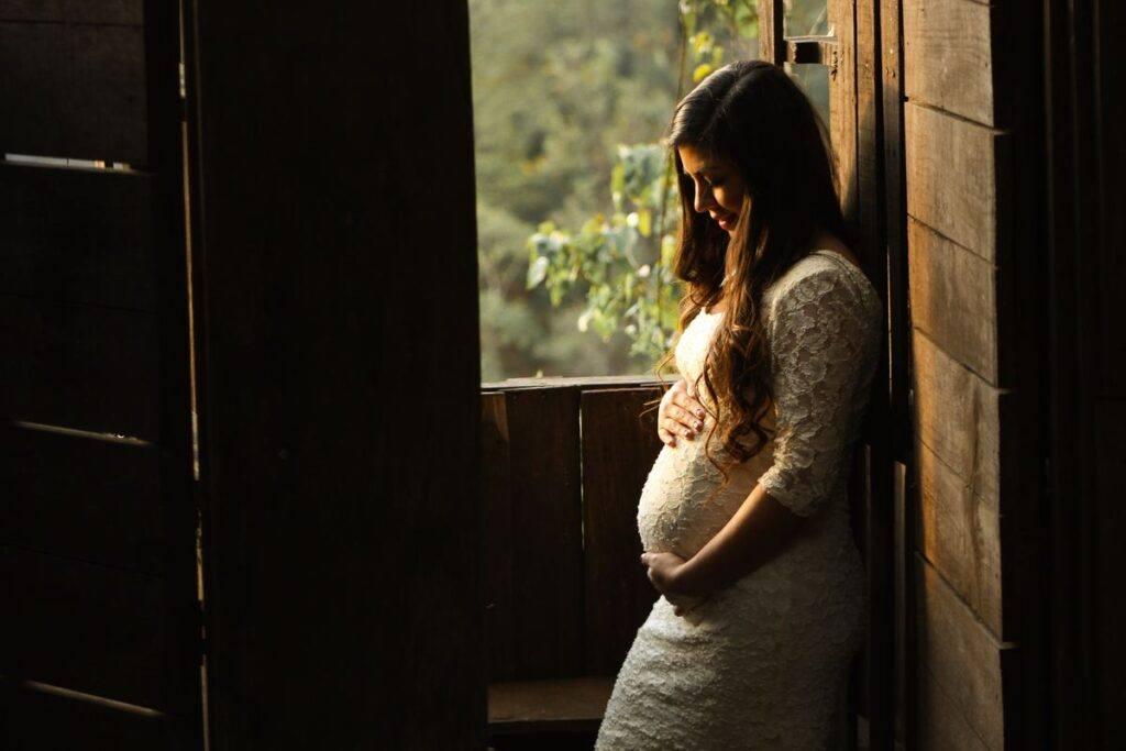 Panna młoda w sukni ślubnej ciążowej