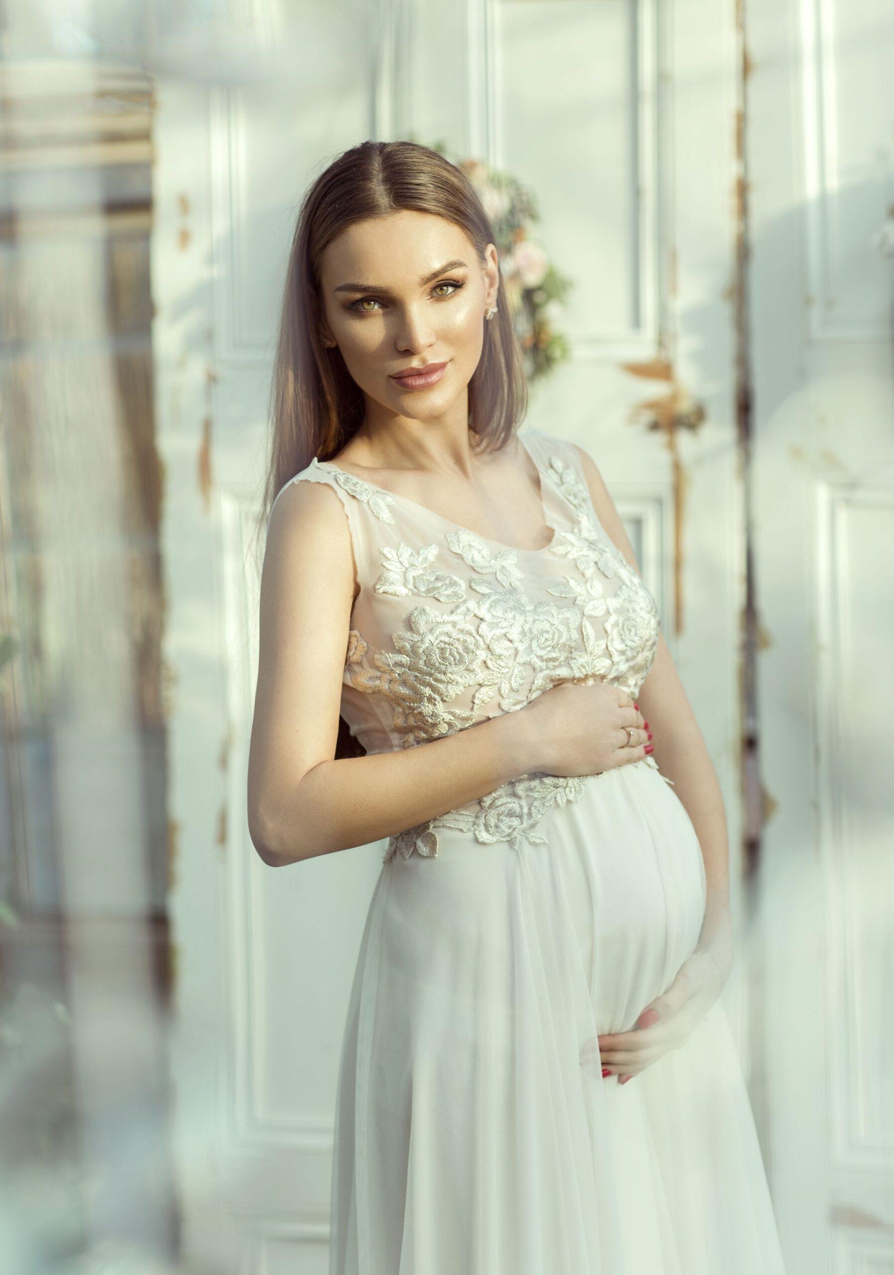 Koronkowa suknia ślubna ciążowa