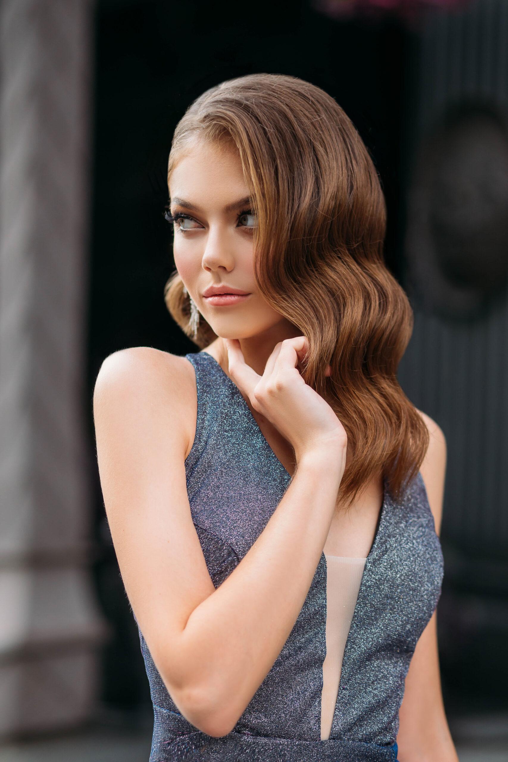 fryzura na wesele długie włosy pofalowane w stylu retro