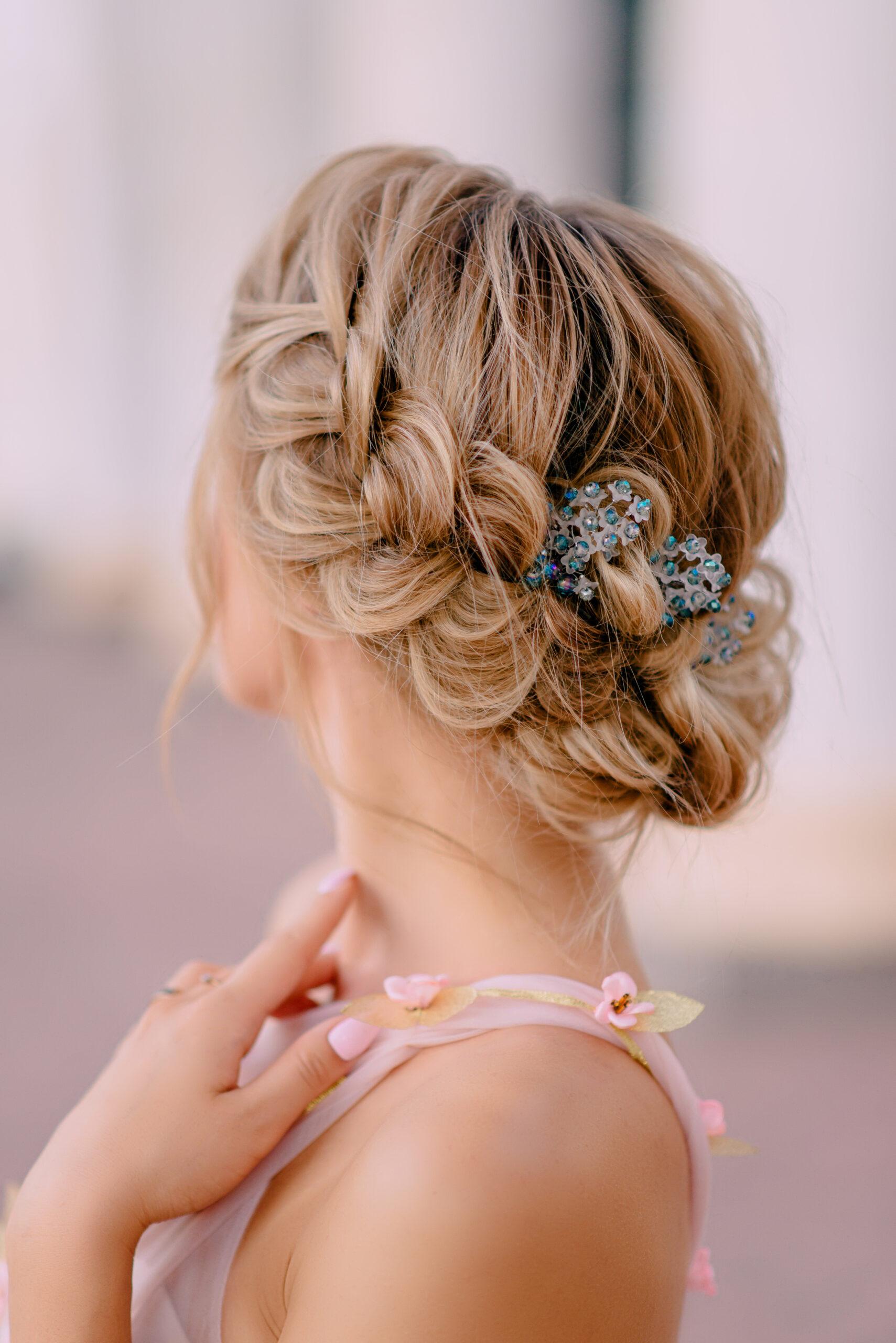 romantyczna fryzura na wesele z warkoczem
