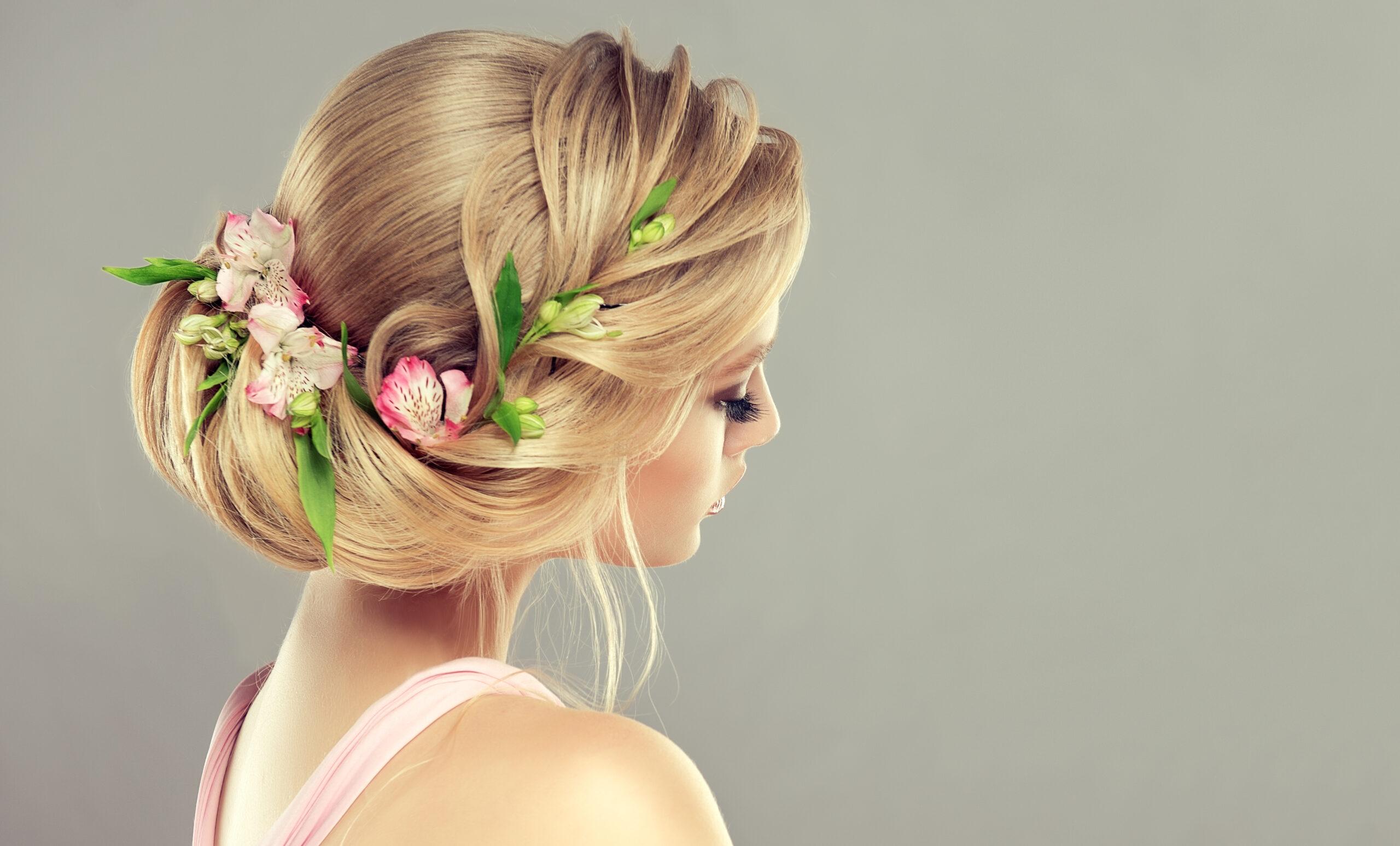 subtelne uczesanie na wesele z kwiatami