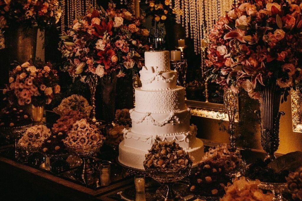 Polskie wesele - tort weselny w otoczeniu kwiatów