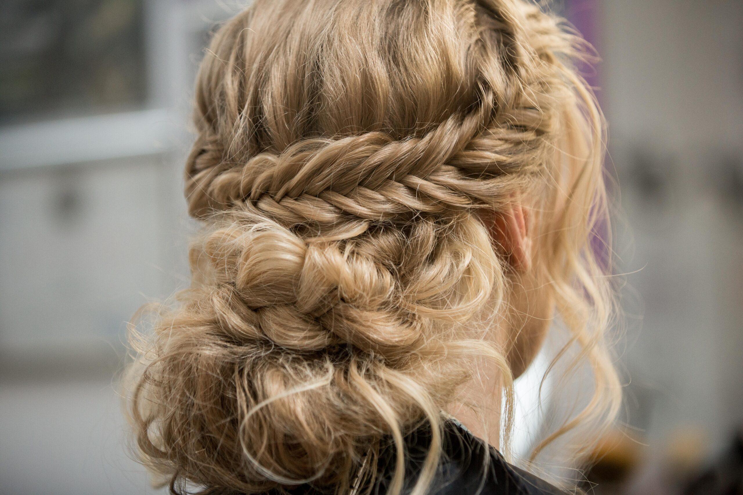 przykład fryzury na wesele z warkoczem